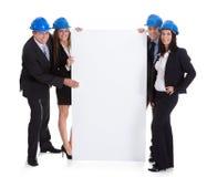 Groupe d'architectes tenant la plaquette images stock