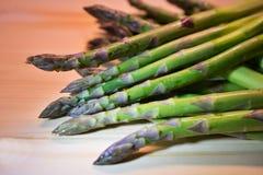 Groupe d'asperge ou de spargel fraîche verte en allemand du plat choping avec le couteau de cuisine Images libres de droits