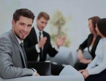 Groupe d'associés discutant des idées avec leur chef dessus Image stock
