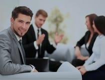 Groupe d'associés discutant des idées avec leur chef dessus Images stock