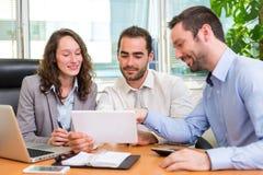 Groupe d'associés travaillant ensemble au bureau Image libre de droits