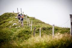 Groupe d'athlètes en voyage aux montagnes Photo stock