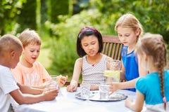 Groupe d'eau potable d'enfants ensemble Images libres de droits