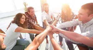Groupe d'employés avec des mains étreintes ensemble Photos stock