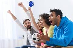Groupe d'encourager national multi de passionés du football Photo libre de droits
