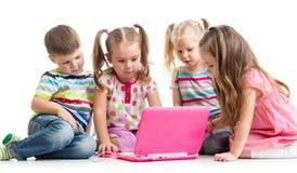 Groupe d'enfants à l'ordinateur portable Photo stock