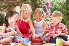 Groupe d'enfants à la réception de thé extérieure Photos stock
