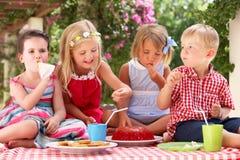 Groupe d'enfants à la réception de thé extérieure Photographie stock libre de droits