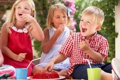 Groupe d'enfants à la réception de thé extérieure Photo libre de droits