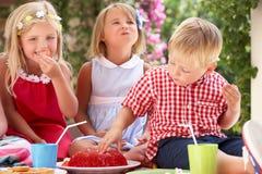 Groupe d'enfants à la réception de thé extérieure Image libre de droits