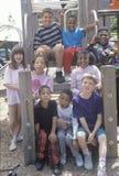 Groupe d'enfants éthniquement divers en parc de ville, Chicago, IL Images stock
