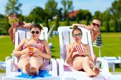 Groupe d'enfants adolescents appréciant l'été dans le parc aquatique Images stock