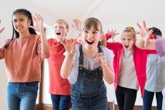 Groupe d'enfants appréciant la classe de drame ensemble image stock