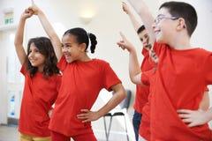 Groupe d'enfants appréciant la classe de drame ensemble Photos libres de droits