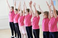 Groupe d'enfants appréciant la classe de drame ensemble photo libre de droits