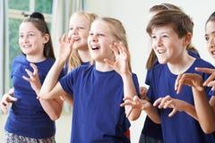 Groupe d'enfants appréciant la classe de drame ensemble images libres de droits