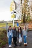 Groupe d'enfants au signe de croisement d'école Photos stock
