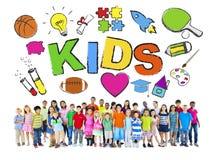 Groupe d'enfants avec de divers symboles Photo libre de droits