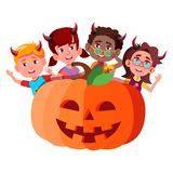 Groupe d'enfants avec des klaxons de diable jetant un coup d'oeil du grand vecteur de potiron Halloween a isolé l'illustration illustration de vecteur