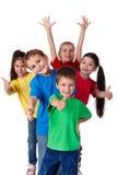 Groupe d'enfants avec des mains et des pouces vers le haut Photo stock