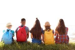 Groupe d'enfants avec des sacs à dos sur la côte Images libres de droits
