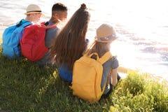Groupe d'enfants avec des sacs à dos sur la côte Photos libres de droits