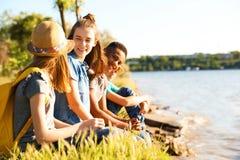 Groupe d'enfants avec des sacs à dos sur la côte Photo stock
