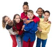 Groupe d'enfants avec l'embrassement différent de teint Photos libres de droits
