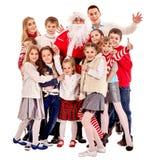 Groupe d'enfants avec le père noël photographie stock