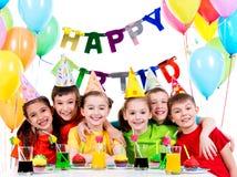 Groupe d'enfants ayant l'amusement à la fête d'anniversaire images libres de droits