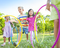 Groupe d'enfants ayant l'amusement dans le parc Photo libre de droits