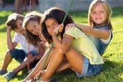 Groupe d'enfants ayant l'amusement dans le parc Photo stock