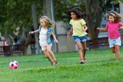 Groupe d'enfants ayant l'amusement dans le parc Image stock