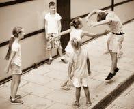 Groupe d'enfants courant dehors dans la rue de ville Photo libre de droits
