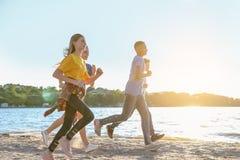 Groupe d'enfants courant sur la plage Photographie stock
