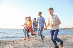 Groupe d'enfants courant sur la plage Images libres de droits