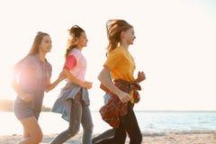 Groupe d'enfants courant sur la plage Colonie de vacances Photos stock