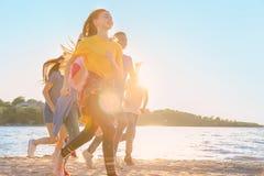 Groupe d'enfants courant sur la plage Colonie de vacances Photo libre de droits