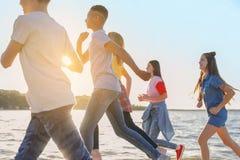 Groupe d'enfants courant sur la plage Colonie de vacances Image stock