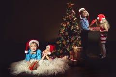 Groupe d'enfants dans des chapeaux de Santa Photographie stock libre de droits