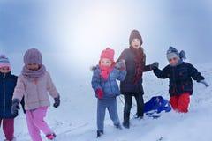 Groupe d'enfants dans la neige Images libres de droits