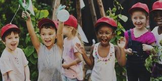 Groupe d'enfants de jardin d'enfants apprenant le jardinage dehors Image stock