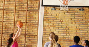Groupe d'enfants de lycée jouant le basket-ball banque de vidéos