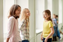 Groupe d'enfants de sourire d'école dans le couloir images libres de droits