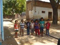 Groupe d'enfants de village dans une humeur joyeuse Photographie stock libre de droits