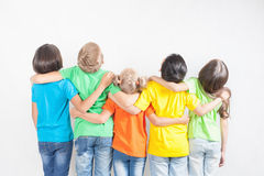 Groupe d'enfants drôles multiraciaux Photos stock