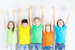 Groupe d'enfants drôles multiraciaux Images stock