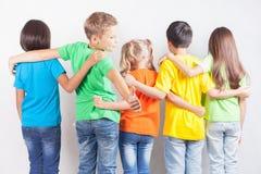 Groupe d'enfants drôles multiraciaux Photo stock