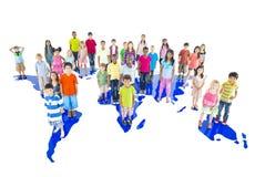 Groupe d'enfants du monde avec la carte du monde Photographie stock libre de droits
