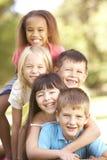 Groupe d'enfants empilés vers le haut en stationnement Image stock